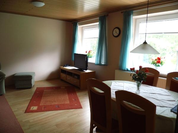 kleine sitzecke wohnzimmer die befindet sich im des hauses und ist ca m gro sie besteht aus. Black Bedroom Furniture Sets. Home Design Ideas
